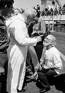 El Papa reprende a Ernesto Cardenal, en 1983